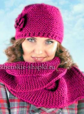Простая женская шапка и шарф вязаные спицами
