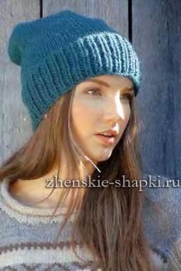 Молодежный вариант простой вязаной шапки спицами