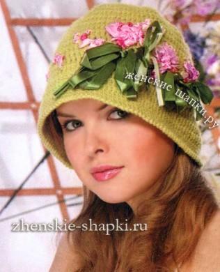 Вязаная шляпка с вышивкой