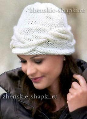 Вязаная шапка с поперечной косой